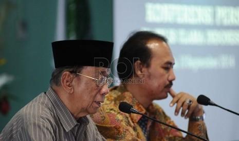Ketua Majelis Ulama Indonesia (MUI) Amidhan (kiri) bersama Direktur LPPOM MUI, Ir. Lukmanul Hakim (Kanan) berbicara kepada media terkait Rancangan Undang-Undang Jaminan Produk Halal di Kantor MUI, Jakarta, Rabu (10/9). (Republika/ Tahta Aidilla)