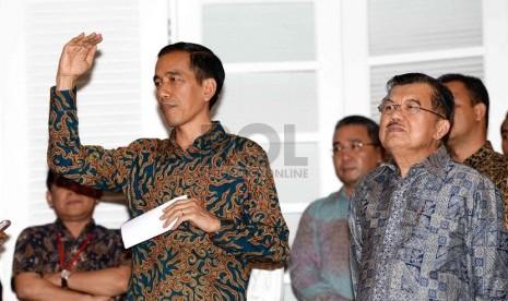 Presiden dan wakil presiden terpilih Joko Widodo dan Jusuf Kalla menggelar konferensi pers di Rumah Transisi, Jakarta, Senin (15/9). (Republika/ Wihdan)