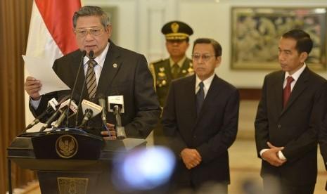 Presiden SBY (kiri) didampingi Wapres Boediono (kedua kanan) dan Gubernur DKI Jakarta Joko Widodo, sebelum bertolak ke Portugal di Bandara Halim Perdanakusumah, Jakarta, Kamis (18/9). (Antara/Widodo S. Jusuf)