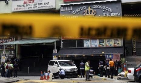 Polisi melakukan olah TKP ledakan granat di pusat perbelanjaan Bukit Bintang, Kuala Lumpur, Kamis (9/10).   (REUTERS/Stringer)