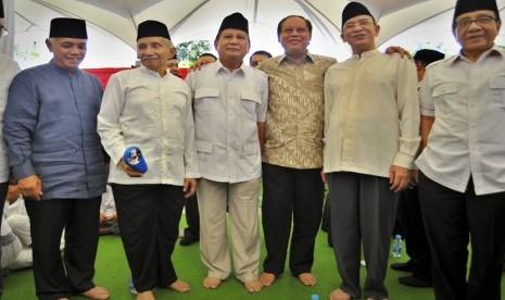 Ketua Dewan Pembina Gerindra Prabowo Subianto (tengah) bersama petinggi KMP (dari kiri) Hatta Rajasa (PAN), Amin Rais (PAN), Djan Farid (PPP), Suryadharma Ali (PPP) serta Akbar Tandjung (Golkar) di Jakarta, Jumat (10/10).(Antara/Yudhi Mahatma)