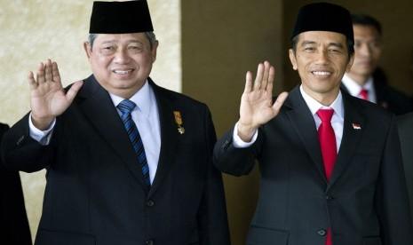 Presiden RI Susilo Bambang Yudhoyono bersama Presiden Terpilih Joko Widodo, sesaat sebelum sidang paripurna pelantikan presiden di Gedung Nusantara Kompleks Parlemen Senayan, Jakarta, Senin (20/10). (AP/Mark Baker)