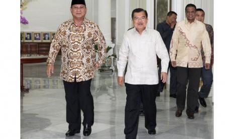 Wapres Jusuf Kalla (kanan) menerima kunjungan Ketum Partai Gerindra Prabowo Subianto (kiri) di Istana Wapres, Jakarta, Selasa (21/10). (Antara)