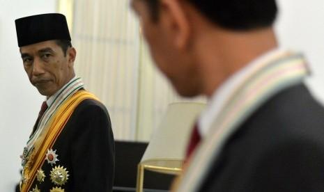 Presiden Joko Widodo bersiap sebelum pemotretan foto resmi di Istana Merdeka, Jakarta, Kamis (23/10).    (Antara/Setpes-Cahyo Bruri Sasmito)