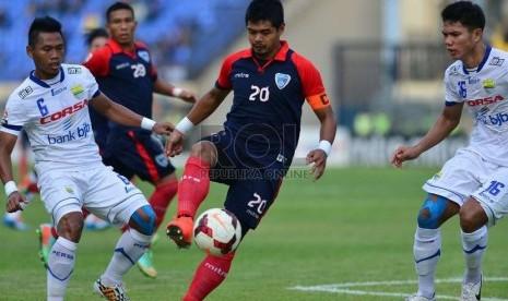 Striker Pelita Bandung Raya, Bambang Pamungkas, berusaha melewati pemain Persib Bandung dalam pertandingan Babak 8 Besar di Stadion Si Jalak Harupat Soreang, Bandung, Kamis (30/10).  (Republika/Yogi Ardhi)