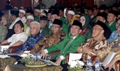 Tokoh pimpinan Koalisi Merah Putih turut menghadiri acara pembukaan Muktamar VIII PPP kubu Suryadharma Ali di Jakarta, Kamis (30/10).  (Republika/Agung Supriyanto)