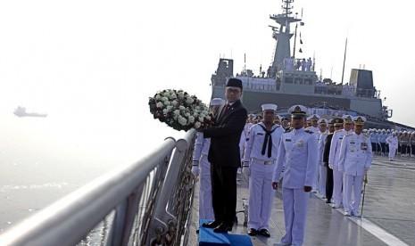 Ketua MPR Zulkifli Hasan membawa karangan bunga untuk dilemparkan ke laut dari buritan kapal KRI 593 Banda Aceh, Jakarta, Senin (10/11). (Antara/Muhammad Adimaja)