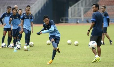 Pesepakbola timnas Indonesia Evan Dimas melakukan tendangan ke gawang saat latihan di Stadion Utama Gelora Bung Karno, Jakarta, Senin (10/11). (ANtara/Prasetyo Utomo)