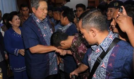 Ketua Umum Partai Demokrat Susilo Bambang Yudhoyono (SBY) didampingi istri Ani Yudhoyono usai menghadiri Rapat Konsolidasi DPD Partai Demokrat DKI Jakarta di Jakarta, Jumat (28/11). (Antara/Wahidin)