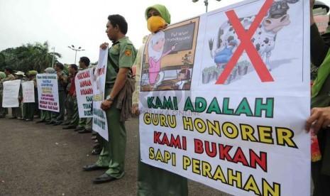 Guru honorer yang tergabung dalam Front Pembela Honorer Indonesia (FPHI) berunjuk rasa di depan Komplek Parlemen, Senayan, Jakarta, Senin (1/12).  (Republika/Agung Supriyanto)
