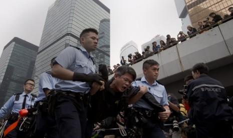 Polisi Hong Kong menahan perngunjuk rasa antidemokrasi.