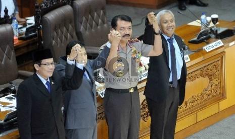 Calon Kapolri Komjen Pol Budi Gunawan bersama para Ketua DPR berfoto bersama saat menghadiri paripurna penetapan Calon Kapolri di Kompleks Parlemen Senayan, Jakarta, Kamis (15/1). (Republika/Agung Supriyanto)