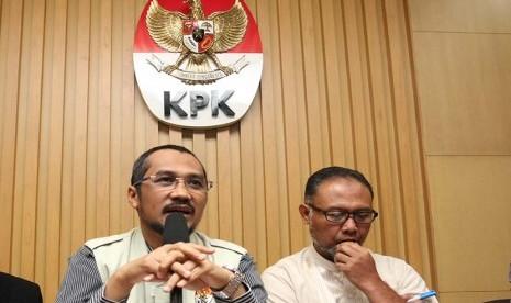 Ketua KPK Abraham Samad bersama Wakil Ketua KPK Bambang Widjojanto (kanan).