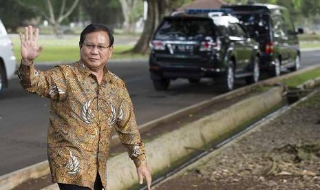 Ketua Dewan Pembina Partai Gerindra Prabowo Subianto melambaikan tangan ketika berjalan menuju ruang tunggu setibanya di Istana Kepresidenan Bogor, Jawa Barat, Kamis (29/1). (Antara/Widodo S. Jusuf)