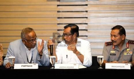 (Dari kiri) Plt Pimpinan KPK Taufiqurahman Ruqi, Jaksa Agung Prasetyo, dan Wakapolri Komjen Badrodin Haiti, saat konferensi pers usai pertemuan di KPK, Jakarta, Senin (2/3).   (Republika/Wihdan)