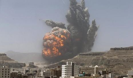 Ledakan bom setelah serangan udara terhadap gudang persenjataan di kota Sanaa, Yaman, Senin (20/4).
