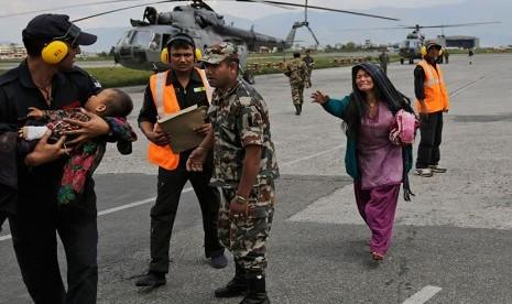 Tentara India membawa seorang anak Nepal yang terluka akibat gempa bumi di Kathmandu, Nepal, Senin (27/4).