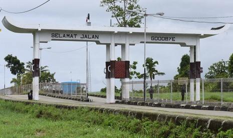 Petugas berjaga di dekat perbatasan RI dengan Papua Nugini (PNG) di wilayah Skouw, Jayapura, Papua, Jumat (8/5). (Antara/Hafidz Mubarak A.)