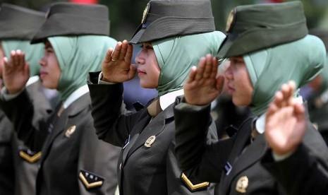Korps Wanita Angkatan Darat (KOWAD) TNI mengenakan jilbab.