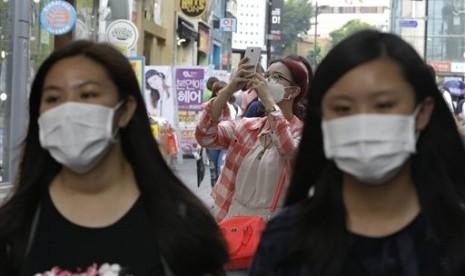 Wisatawan mengenakan masker untuk mengantisipasi wabah MERS di kota Seoul, Korea Selatan.