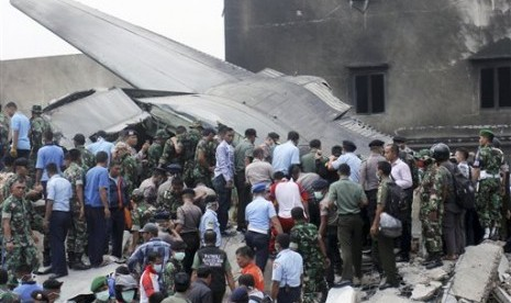 Badan pesawat Hercules C-130 milik TNI AU yang jatuh menghantam pemukiman warga di Jalan Jamin Ginting, Medan, Selasa (30/6).   (AP/Andi Rambe)