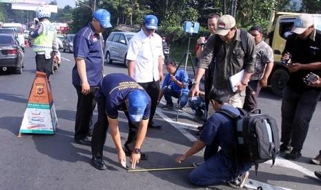 In Picture: Polisi Olah TKP Tabrakan Beruntun di Puncak