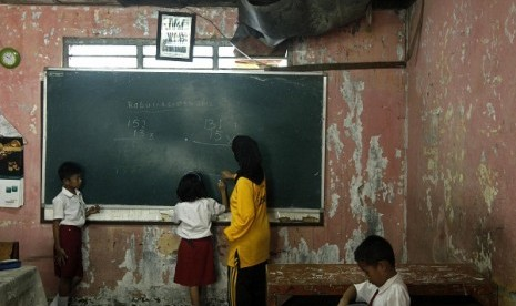 A damaged classroom in Central Jakarta (illustration)