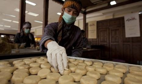 A man works in a home industry producing pies in Yogyakarta. Indonesian economy bounces back after crisis in 1998 with small enterprises bloom and contribute to the country's economic growth. (illustration)