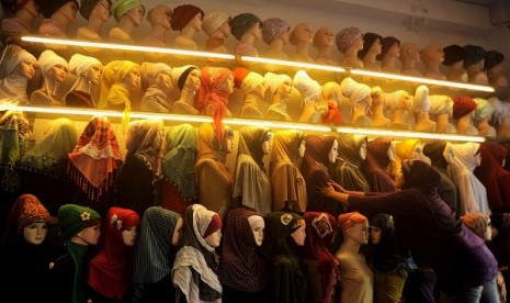 A wide variety of hijab are on display in a shop in Makassar, South Sulawesi (illustration).