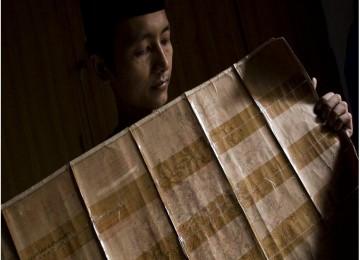 Abang Faisal, warga Muntok Bangka Barat, memperlihatkan silsilah keluarga Cina Muslimnya.