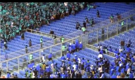Adu lempar botor antara suporter Indonesia dan Malaysia usai laga pertama Grup B Piala AFF, Ahad (25/11/2012) di Stadion Bukit Jalil, Malaysia.