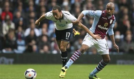 Aksi gelandang Tottenham Hotspur Andros Townsend pada laga melawan Aston Villa.