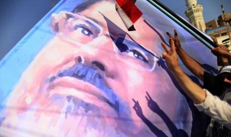 Aksi unjuk rasa para pendukung Presiden Muhammad Mursi di Nasser City, Kairo, Mesir, Kamis (4/7).    (AP/Hassan Ammar)