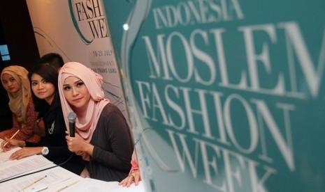 Aktris dan Desainer hijab Zaskia Adya Mecca (kanan) bersama Project Manager Indonesia Moslem Fashion Week Fairra Agustint (tengah) dan Desainer Hijab Rini (kiri) berbicara konferensi pers jelang perhelatan Indonesia Moslem Fashion Week 2014 di Jakarta, Kam