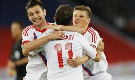 Aleksandr Kerzhakov (tengah), pemain timnas Rusia, bersama Andrey Arshavin (kanan) dan Alan Dzagoev melakukan selebrasi usai menjebol jala Italia dalam laga uji coba di Zurich pada Jumat (1/6).