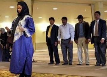 Amina Wadud, perempuan liberal yang jadi imam shalat berjamaah.