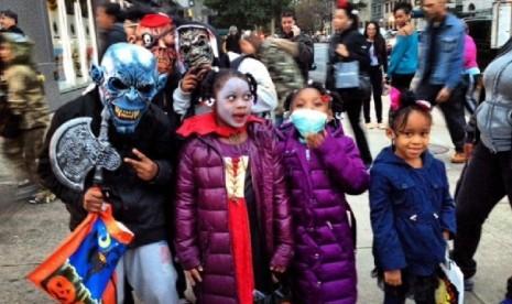 Anak-anak di New York merayakan hari Halloween dengan menggunakan kostum hantu