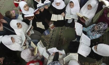 Anak-anak mengaji Alquran (ilustrasi).