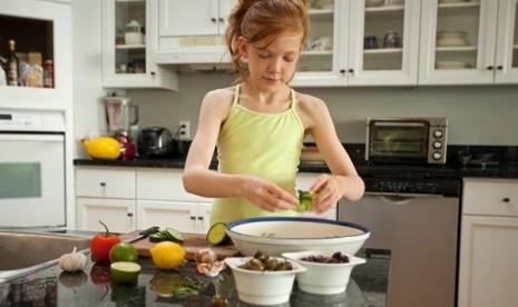 Anak memasak (ilustrasi)