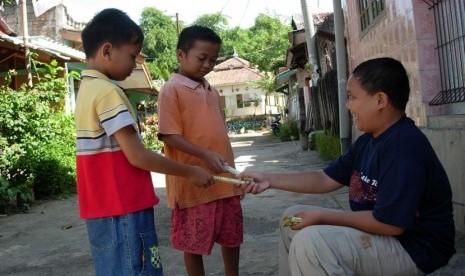 Anak yang berbagi Coklat dengan teman (ilustrasi).
