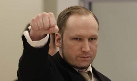 Anders Behring Breivik saat masuk ke ruang pengadilan di Oslo, Norwegia, Selasa (17/4).