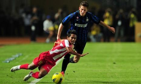 Andik Vermansyah dijatuhkan pemain Inter Milan, Cristiano Biraghi, saat laga persahabatan di Stadion Gelora Bung Karno, Senayan, Jakarta, Kamis (24/5).