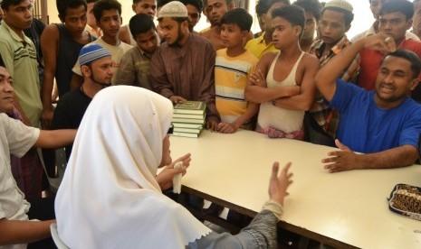 Anggota DPR fraksi PKS, Herlini Amran saat menemui pengungsi rohingya di Tanjung Pinang