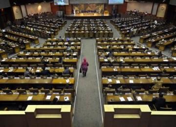 Anggota DPR RI mengikuti rapat paripurna dengan agenda pengambilan keputusan atas pertangggungjawaban APBN 2010, di Kompleks Parlemen Senayan Jakarta, Selasa (23/8).