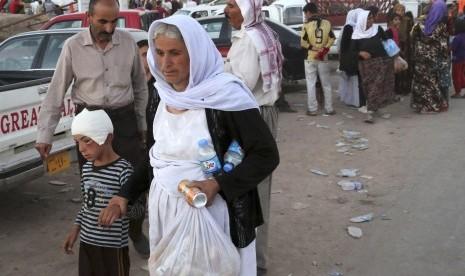 Anggota komunitas etnik Yazidi yang melarikan diri dari serangan ISIS, Sabtu (9/8).