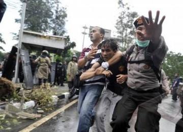 Anggota polisi menangkap pengunjuk rasa yang terlibat bentrok saat menggelar aksi demonstrasi menolak kenaikan harga Bahan Bakar Minyak (BBM). (ilustrasi)