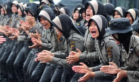 Anggota Polisi Wanita (polwan) berjilbab meneriakan yel-yel dalam ...