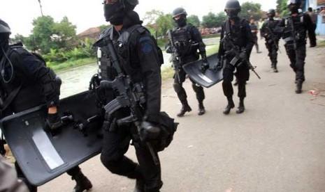 Anggota tim Densus 88 melakukan penggerebekan dan penangkapan teroris di salah satu rumah kontrakan di Kampung Batu Rengat, Desa Cigondewah, Kab. Bandung, Rabu (8/5).