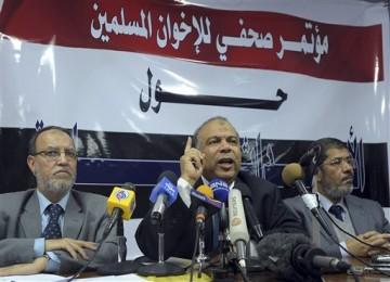 Anggota senior Ikhwanul Muslimin, Saad el-Katatni, berbicara kepada pers, Ahad (6/2), tentang pembicaraan dengan pemerintah.