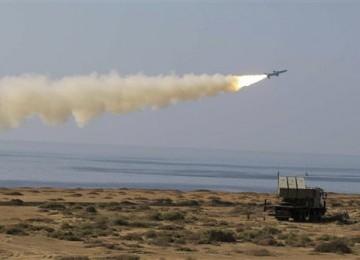 Angkatan Laut Iran menggelar latihan perang dengan meluncurkan rudal Ghader di pantai laut Oman pada Senin (2/1).